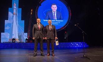 В связи с Днем космонавтики генеральный директор АО «ТЯЖМАШ» и другие заводчане получили знаковые награды от губернатора Самарской области